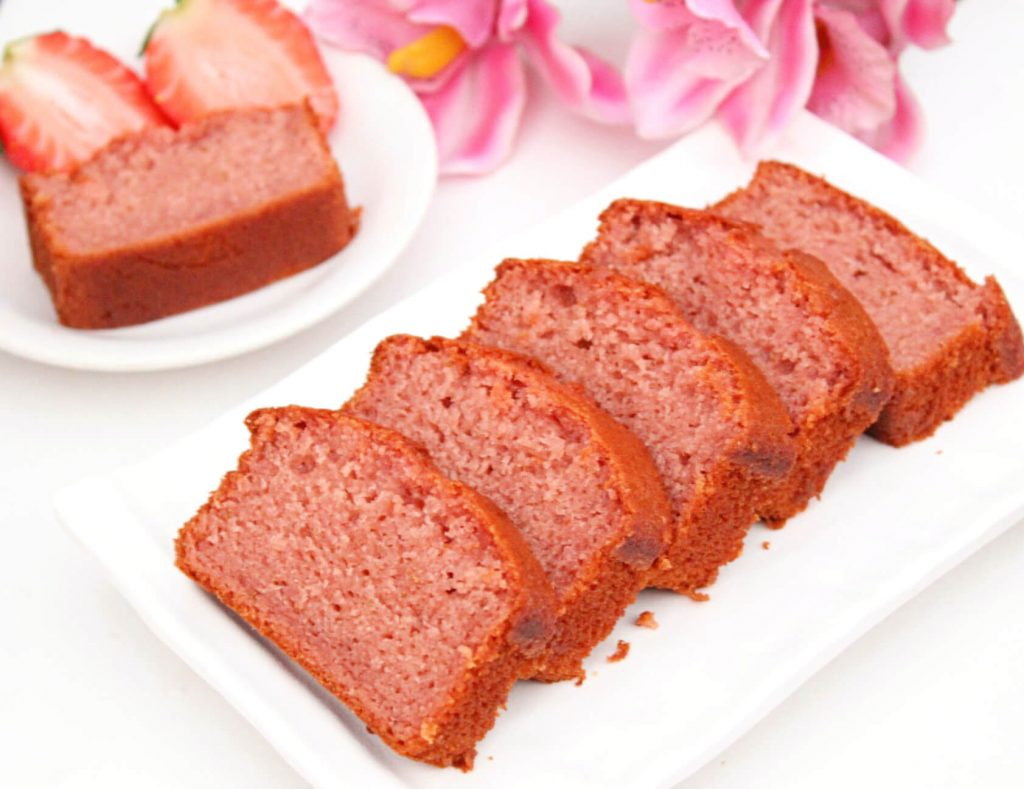 Eggless Strawberry Cake : An eggless strawberry cake with fresh strawberries. This cake is moist, soft and has an amazing taste of real strawberries! #egglesscakes #egglessbaking